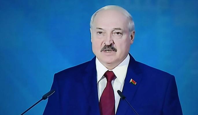 Обливающемуся потом Лукашенко