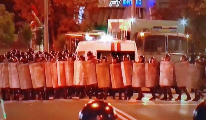 В Белоруссии некоторые силовики сдаются протестующим
