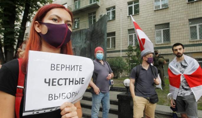 Белорусские военные выбрасывают награды и сжигают форму (видео)