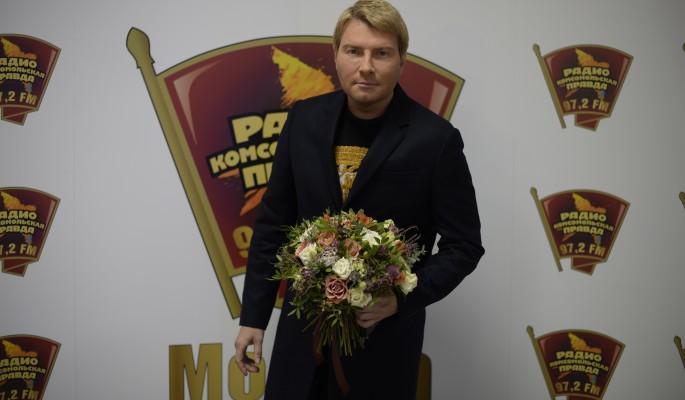"""""""Девочка-космос"""": Басков нежно прижался к киске"""