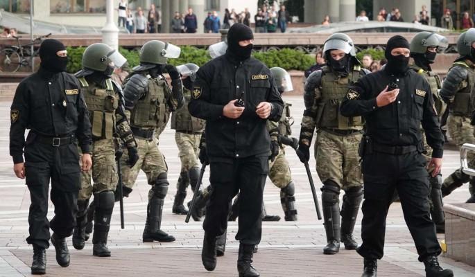 ОМОН перекрыл для протестующих дорогу к резиденции Лукашенко