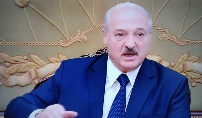 Как белорусы поздравили Лукашенко с 66-летием: похоронные венки и тыквы с намеком