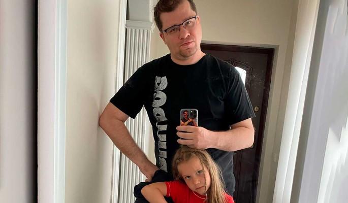 Пока Асмус греется в Геленджике: Харламов отправил дочь в первый класс