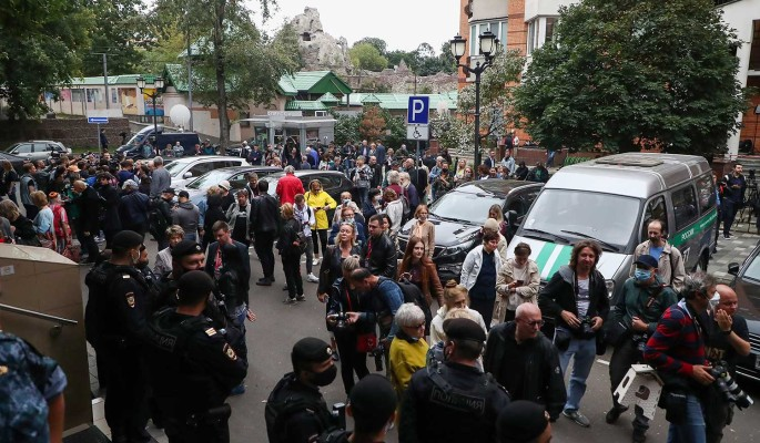 Сумасшедшие фанатки и черные маги встали на защиту Ефремова: что происходит возле зала суда