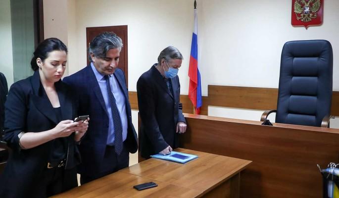 """""""Мишка, молись!"""": жена Ефремова закатила истерику в зале суда"""