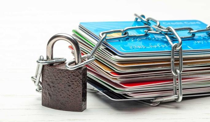 Эксперт предупредил об опасности накопления банковских карт