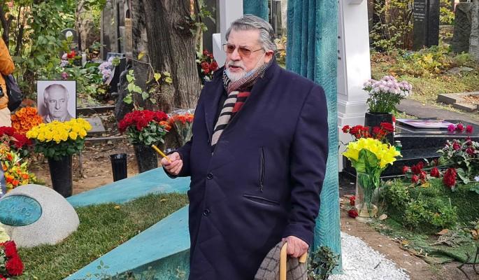 """""""Кладбище – веселая вещь!"""": остроумный Ширвиндт после панихиды блеснул на могиле Захарова"""