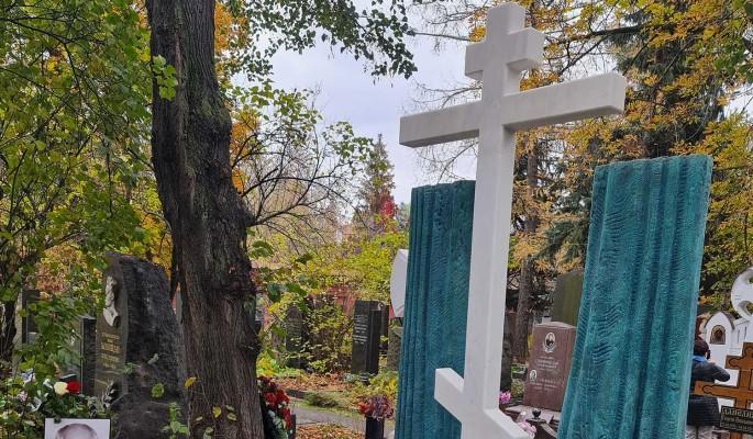 """""""Православный крест на могиле Захарова?"""": недоумевающая Кравец высказалась о памятнике режиссеру"""