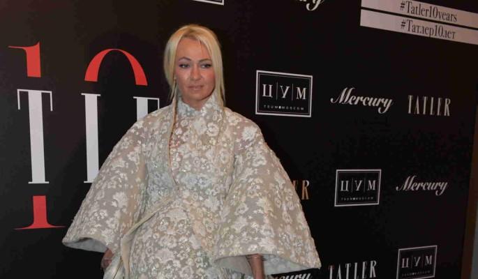 """""""Дорогая мамаша"""": Рудковская выбрала наряд Dior для прогулок с коляской"""