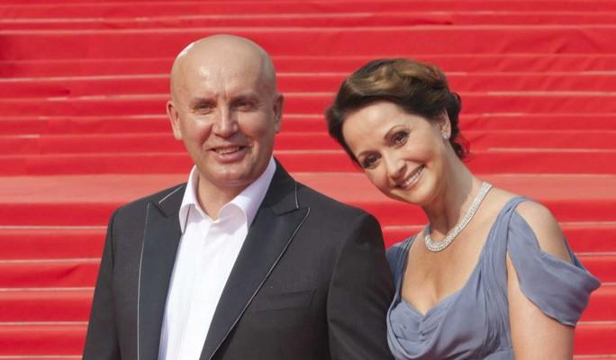 Некрасиво шутил и прихватил падчерицу за зад: грязные подробности развода Ольги Кабо