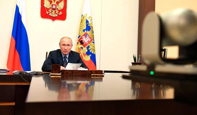 Песков заявил о нехватке Путину живого общения: Может позвонить в два часа ночи