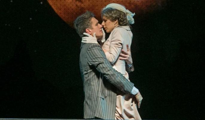 Арзамасова целовалась с молодым красавцем на виду у всех