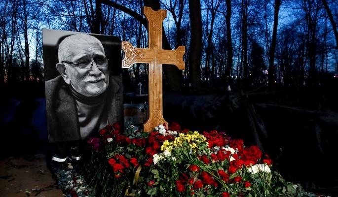 """""""Кощунство!"""": народ в ужасе от глумления над крестом на могиле Джигарханяна"""
