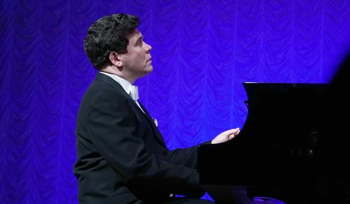 Придется играть одной левой: пианист Денис Мацуев сообщил о сломанной при падении со скейта руке