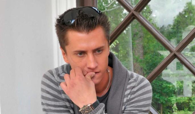 Обезображенный побоями Павел Прилучный ушел из больницы