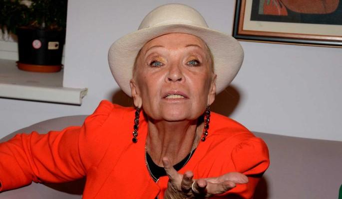 """""""Она мальчиков достала"""": вешающуюся на Шаляпина 80-летнюю Светличную закидали яйцами"""