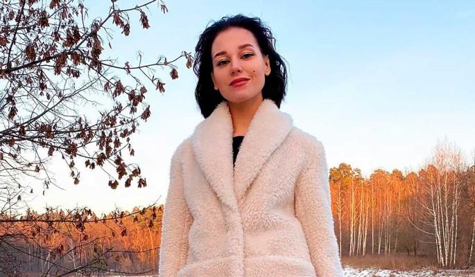 Асмус в белом платье с вульгарным разрезом превратилась в Валерию
