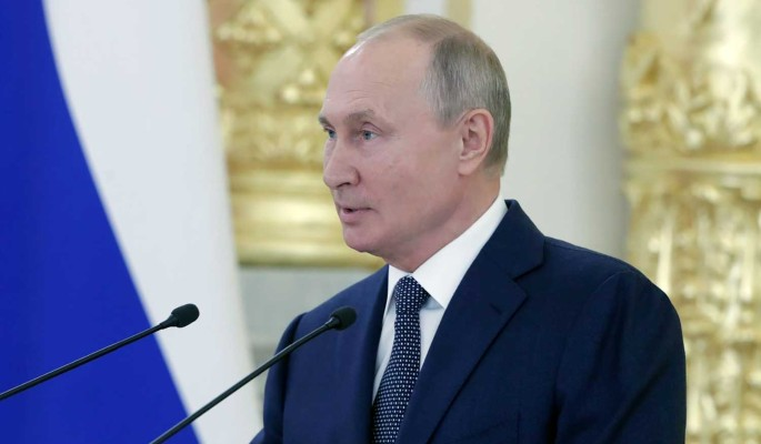 Путин поручил начать вакцинацию всех россиян