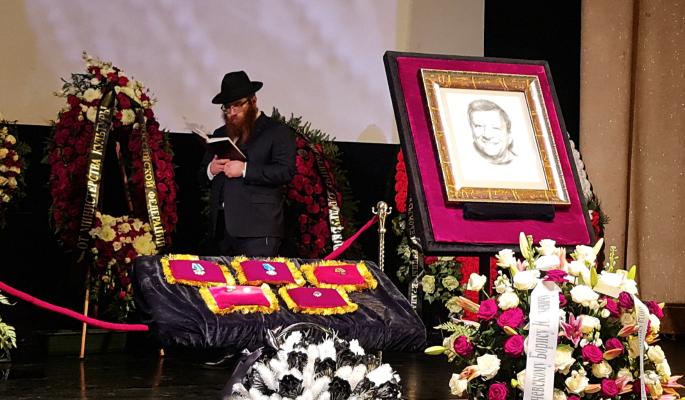 Раввин читает поминальную молитву над гробом: Грачевского хоронят по еврейском обряду