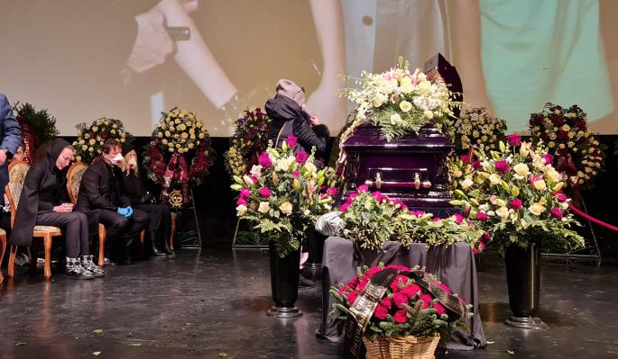 Трясущегося Киркорова держали под руки у гроба Грачевского