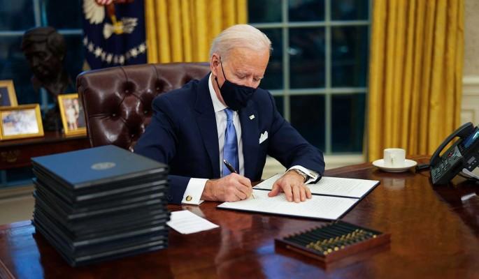 Политолог Бардин о первых указах Байдена: Действует в ущерб американскому обществу