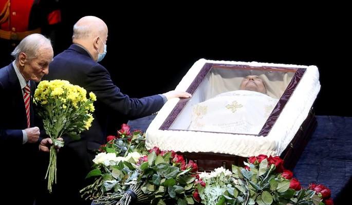 Гроб за 200 тысяч: умершего от коронавируса Ланового спрятали под толстым оргстеклом