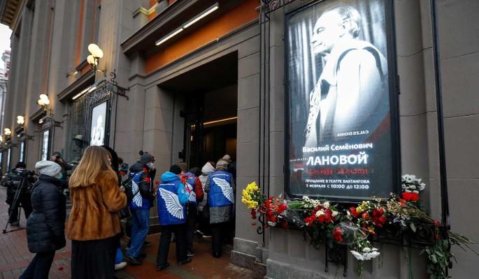Немощного Киркорова держали под руки у гроба Ланового