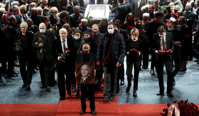 Песни и танцы на месте гроба: что происходит в театре Вахтангова после похорон Ланового