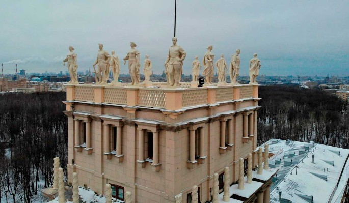 Скульптуры героев вернулись на площадь Гагарина после реставрации