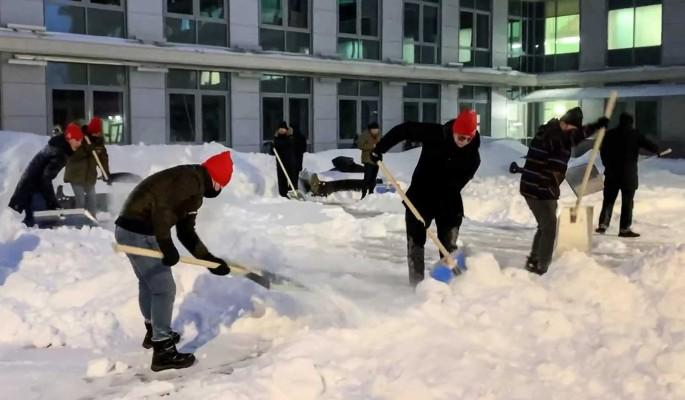 """Активисты """"Молодежки ОНФ"""" помогли убрать снег у московской больницы"""