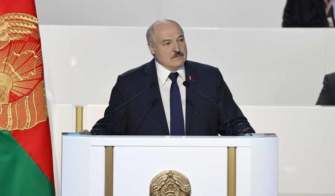 """Команда Лукашенко обсуждает условия ухода и готовит """"запасной аэродром"""" на Западе – анонимный телеграм-канал"""