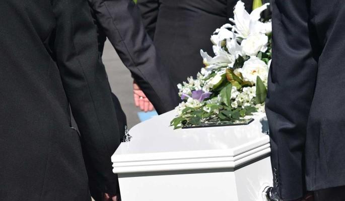 Положила ему 500 рублей: у гроба наркодилера Даны Борисовой разразился омерзительный скандал