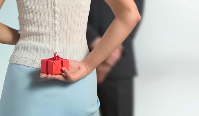 Опрос: сколько готовы потратить женщины на подарок 23 февраля?