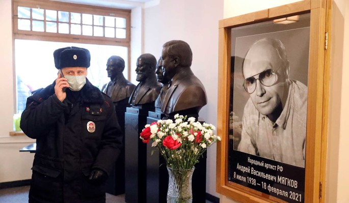 Похоронят чужие люди: вдова не появилась на прощании с Андреем Мягковым