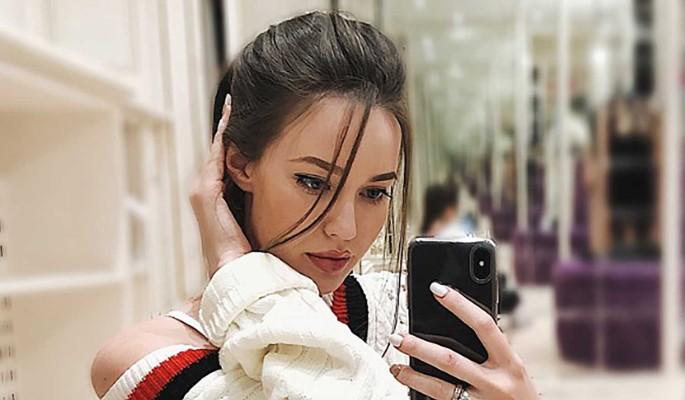 """""""Как неживые"""": Костенко превратила дочерей в фарфоровых кукол в париках"""