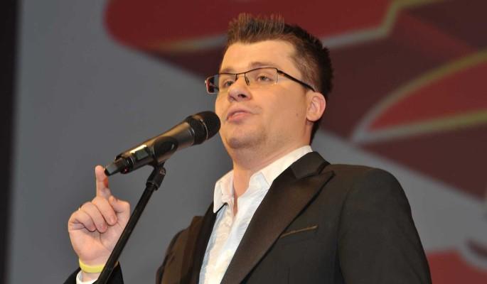 Харламов официально сменил имя и устроился ведущим в караоке-бар