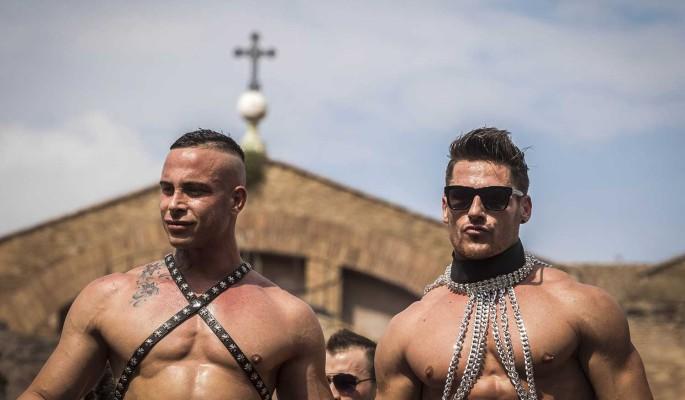 Помоги с потенцией и мужиками: геи молятся на могиле умершего от анального разрыва Шевчука
