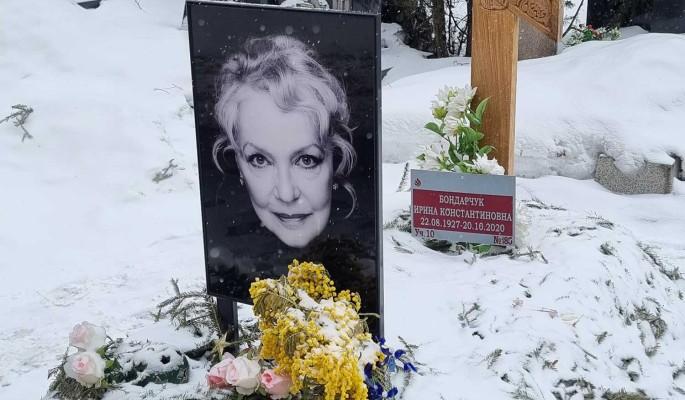 На могиле матери Бондарчука стали появляться странные письма