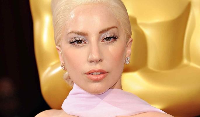 Леди Гага в дерзком мини показала ягодицы