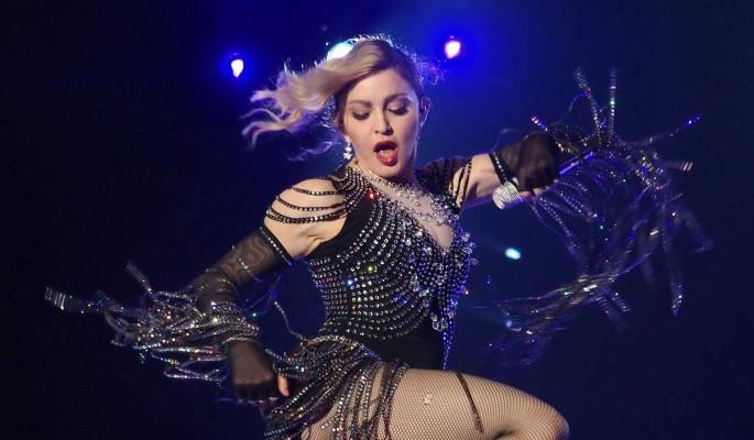 """""""Понесло старушку"""": выпятившая голую грудь Мадонна вызвала оторопь"""