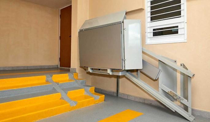 В домах СВАО установят подъемники и двери с дистанционным управлением для маломобильных людей