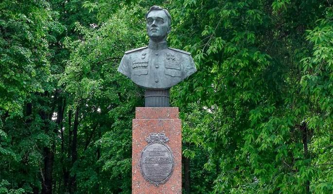 Памятник авиаконструктору Яковлеву в Чапаевском парке отреставрируют