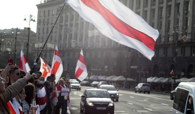 """Белоруссию предупредили об опасности повторить """"страшную участь"""" Украины: На двух креслах усидеть невозможно"""