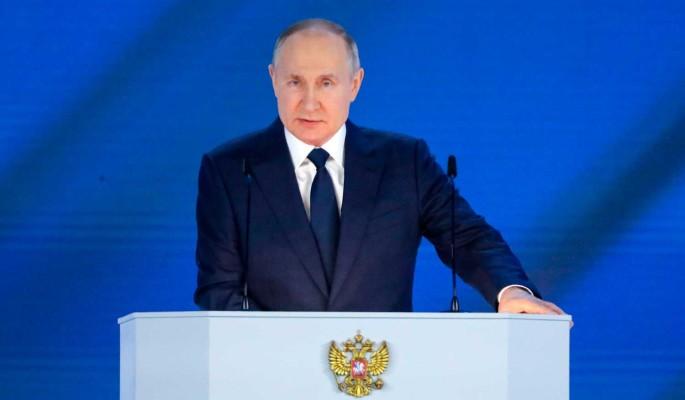 Путин возмутился содержанию учебников: Кто пропускает такие пособия?