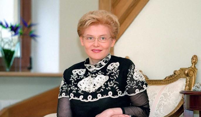 Елена Малышева помолодела и превратилась в жгучую брюнетку