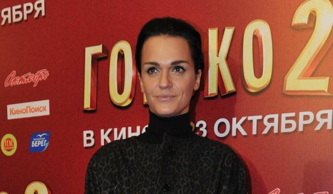 Заплаканная певица Слава показала изуродованную руку: Вставил спицу в мясо