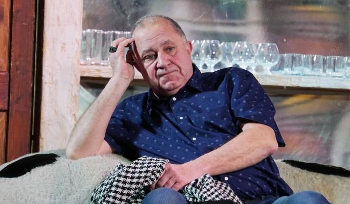 Затерроризированный предполагаемой дочерью актер Стержаков безуспешно продает имущество