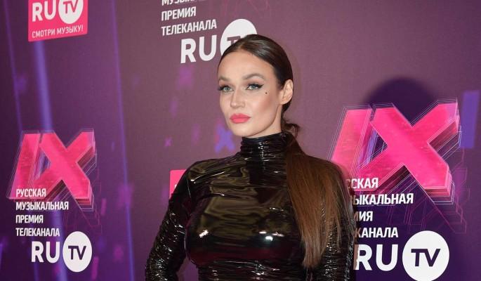 """""""Скорбящая вдова"""": бесстыжая Водонаева вывалила грудь перед покойником"""