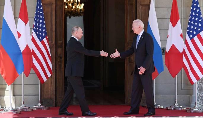 Человек со стержнем и спящий на ходу: западные СМИ обсуждают поведение Путина и Байдена
