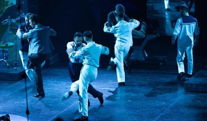 Скрещенья рук, скрещенья ног: красавцы-мужчины сплелись в объятиях друг друга под ритмы танго